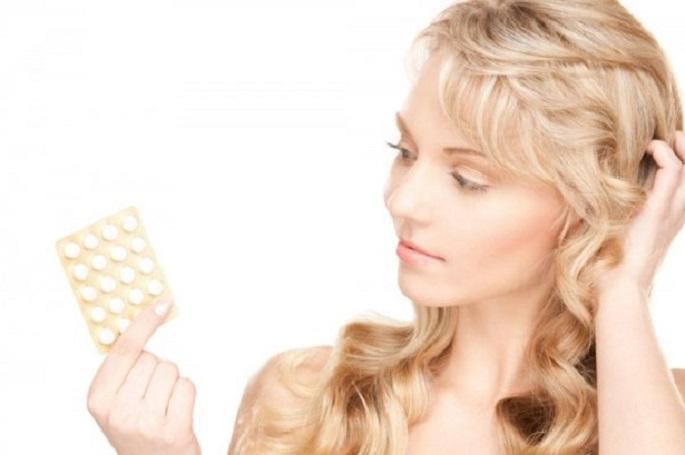 Девушка с таблетками аспирина фото