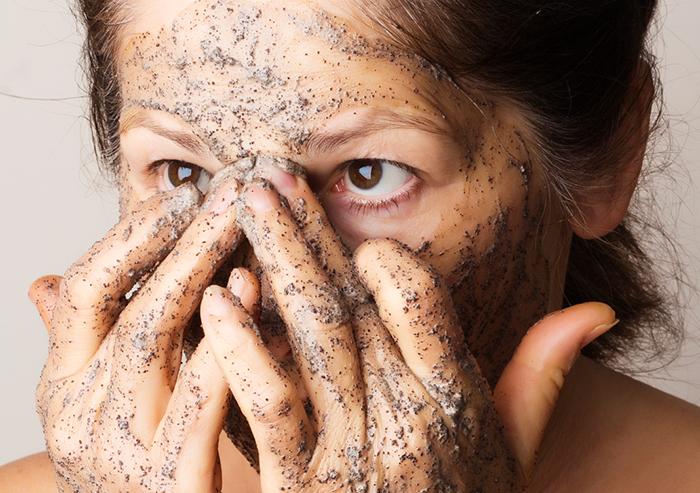 Нанесение кофейной маски на лицо фото