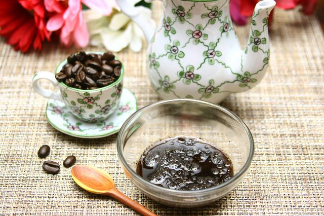 Готовый кофейный скраб в миске фото