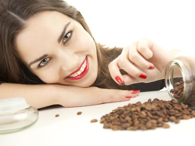 Девушка и кофейные зерна фото