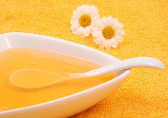 Готовая медовая маска в блюдце фото