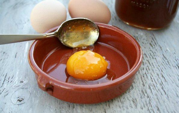 Приготовление маски из меда и яйца фото