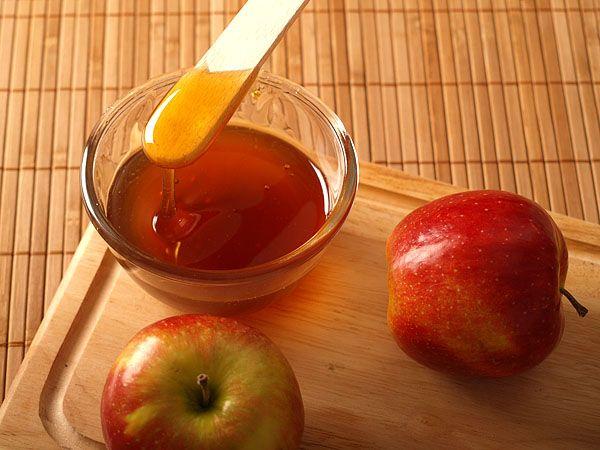 Мед в блюдце и яблоки фото
