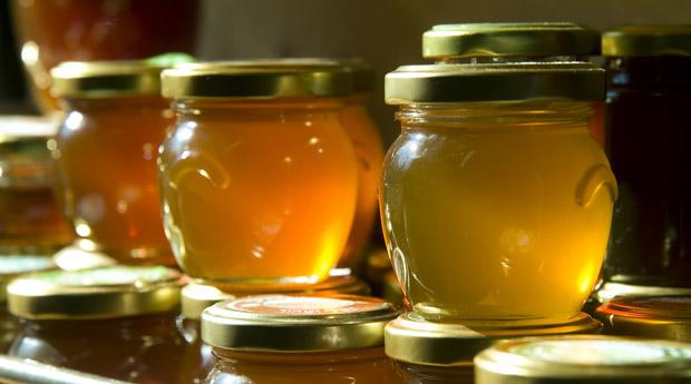 Фото золотого меда в баночках