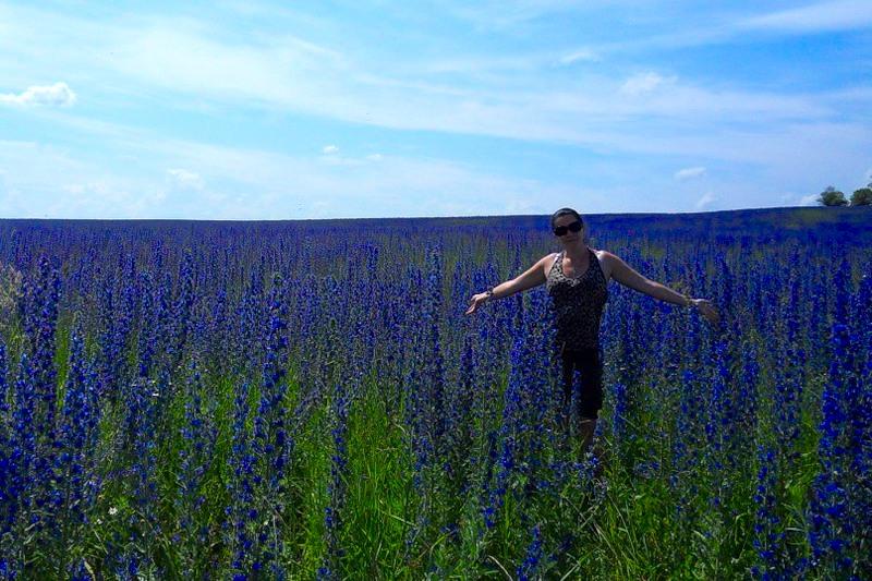 Фото женщины на поле синяка