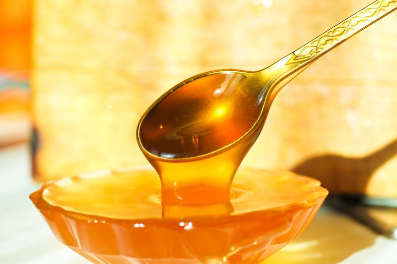 Фото золотого пчелиного продукта на ложечке