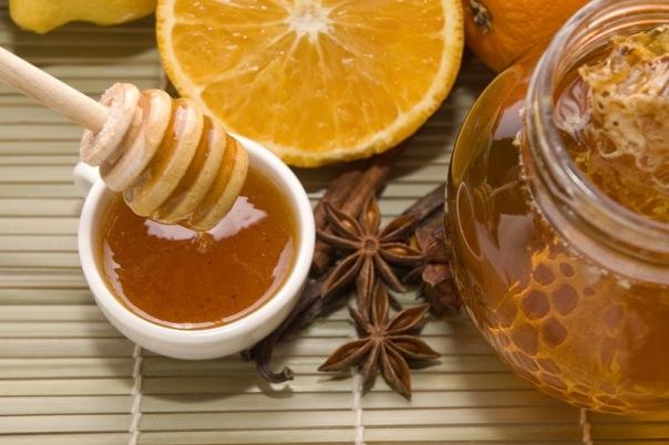 Пчелиный продукт в блюдце фото
