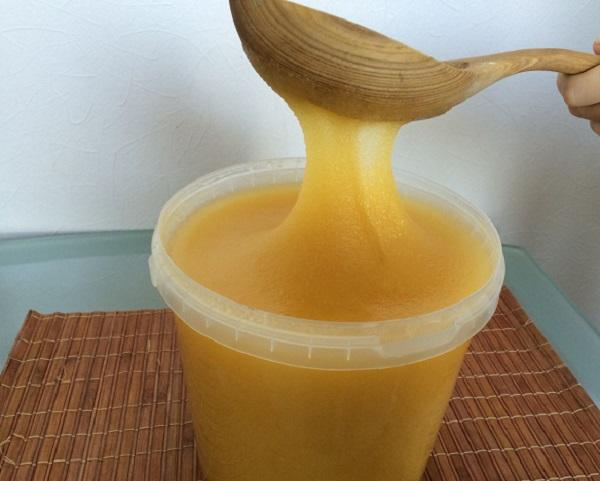 Кристаллизованный мед в ведерке фото