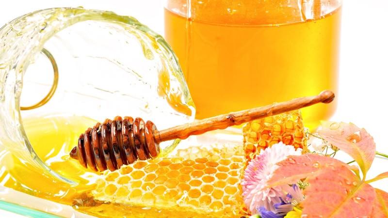 Фото золотого продукта в сотах и в баночке