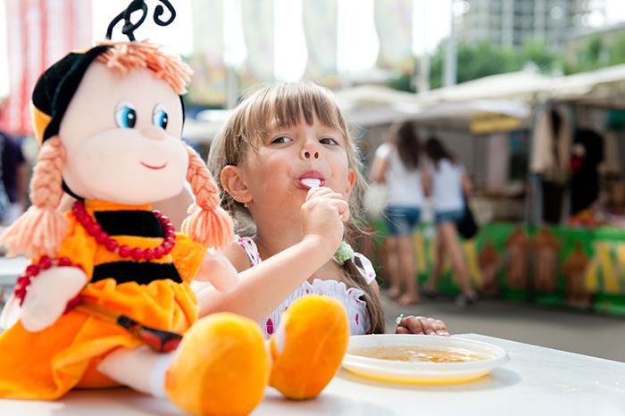 Фото девочки, которая кушает мед