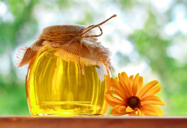 Фото баночки с медом на подоконнике