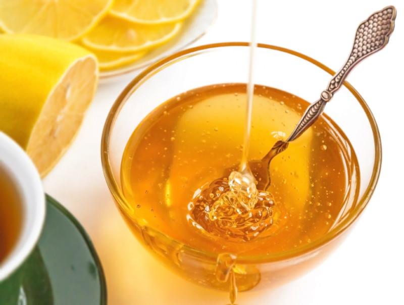 Фото жидкого пчелиного продукта в блюдечке