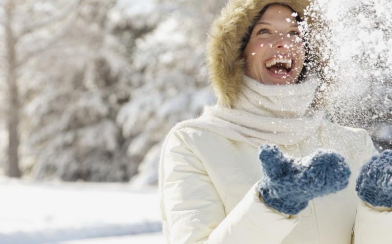 Веселая здоровая девушка зимой фото