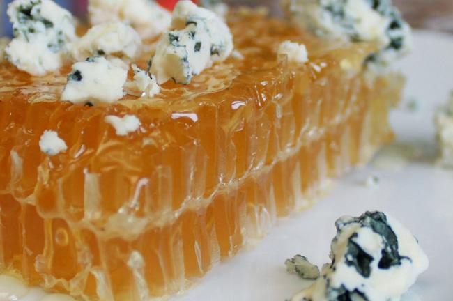 Фото сот крупным планом с кусочками сыра