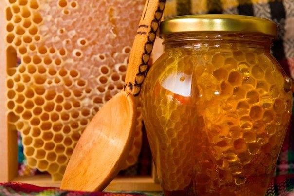 Фото медовых сот в банке с деревянной ложкой