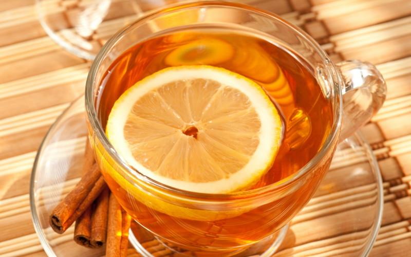 Чай с лимоном в кружке фото