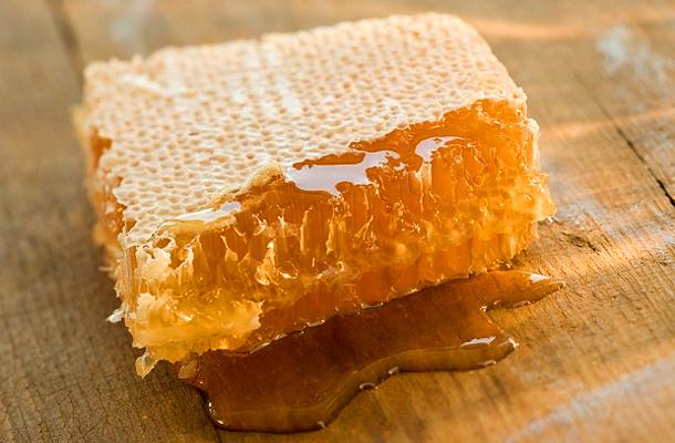 Фото пчелиного продукта в сотах
