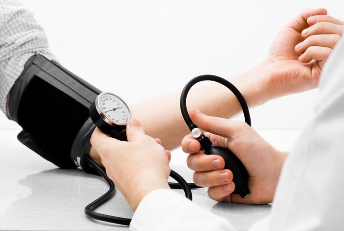 Фото измерения давления у человека