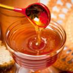 Фото натурального меда в блюдце с ложечкой