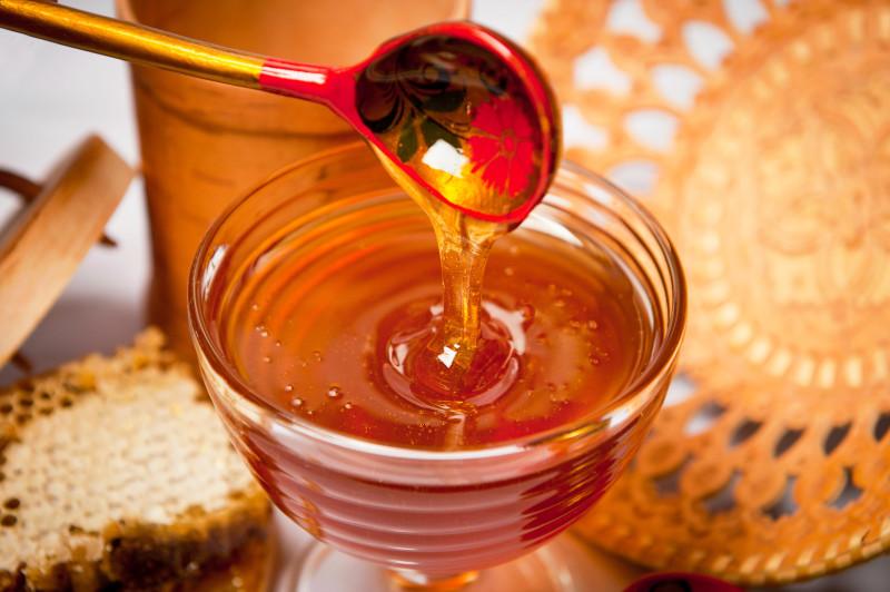 Пенится мед: о чем это говорит и стоит ли покупать такой продукт?