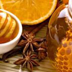 Фото сладких пчелиных продуктов в блюдце и в банке