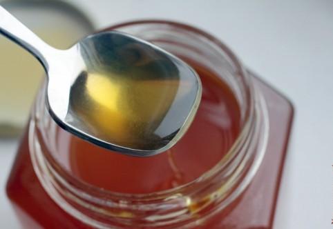 Фото эвкалиптового пчелиного продукта на ложечке