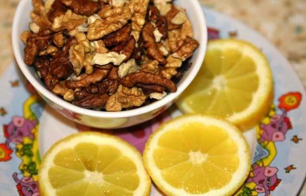 Фото нарезанных лимонов и орехов в блюдце