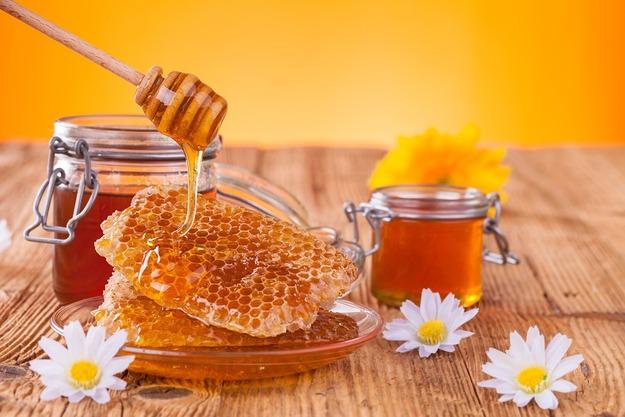 Фото пчелиного продукта в сотах и баночках