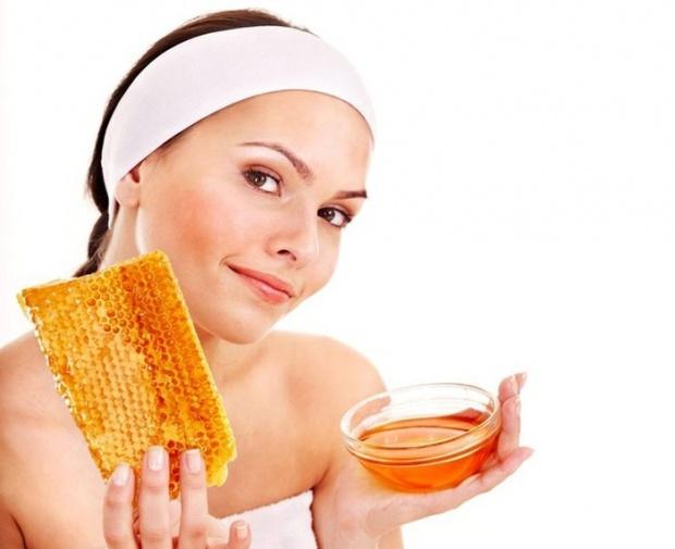 Лечебный продукт пчеловодства в блюдце фото