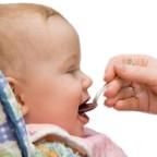 Фото ребенка, который ест мед