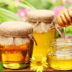 Фото баночек с медом на фоне растений