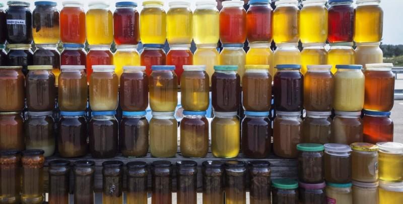 Фото банок с медом на базаре