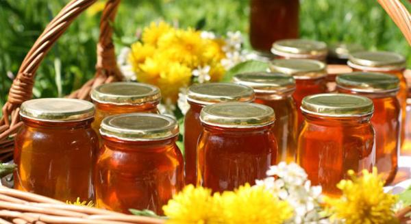 Фото банок с жидким медом закрытых крышками