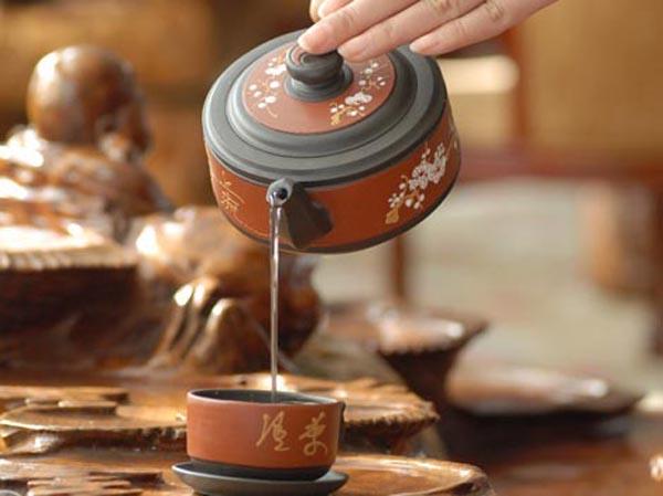 Фото - чай наливают из чайничка в пиалу