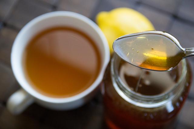 Фото чашки с чаем и ложки с пчелиным продуктом