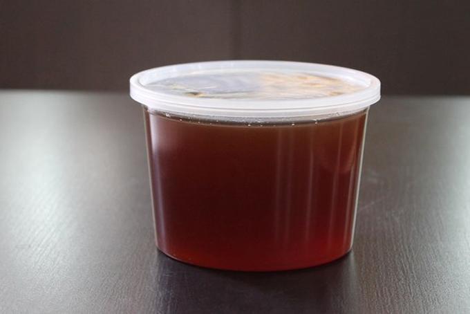 Фото чернокленового меда в баночке
