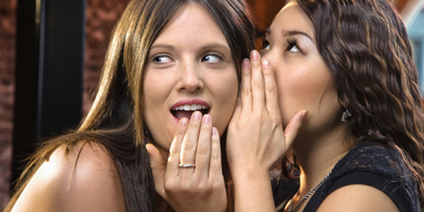 Фото девушек, которые делятся секретами на ушко
