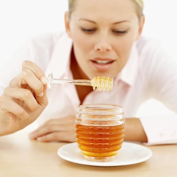 Фото девушки и баночки с медом на блюдце