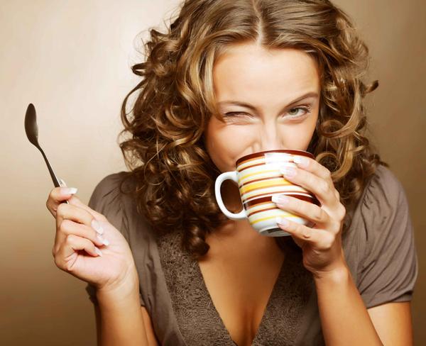 Фото девушки с ложкой пьющей чай
