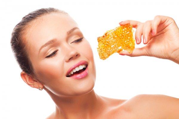 Фото девушки с медовыми сотами