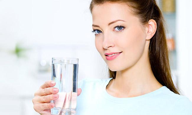Фото девушки со стаканом воды