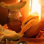 Фото дыни и меда в банке на столе