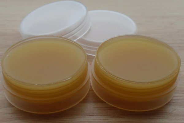 Фото горчичного меда в двух маленьких баночках