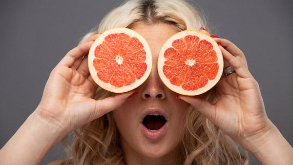 Фото грейпфрута в разрезе с девушкой