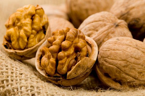 Фото грецких орехов в скорлупе на мешковине