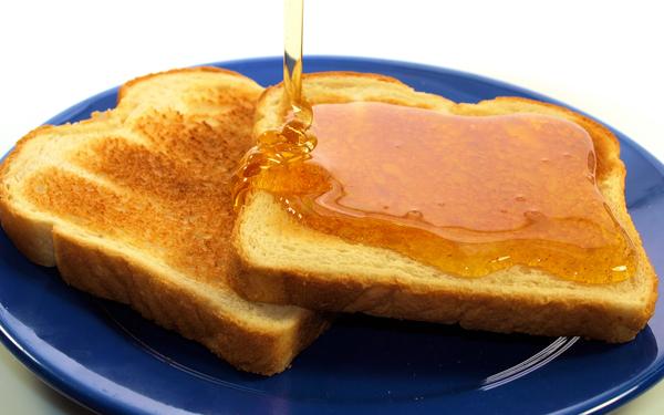 Фото хлеба с растекающимся по нему медом