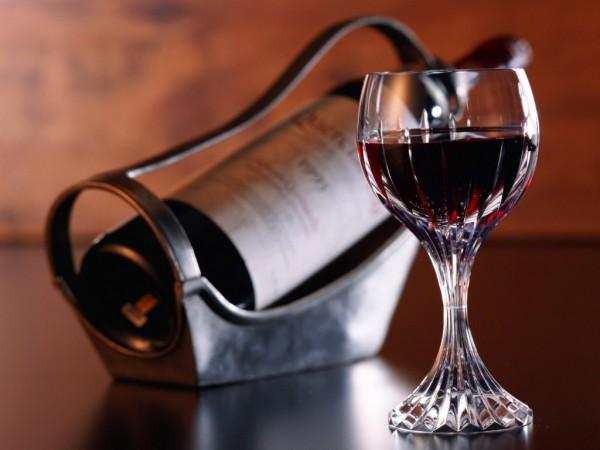 Фото красного вина в фужере