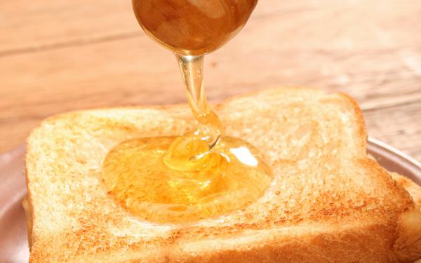 Фото кусочка хлеба с лужицей меда