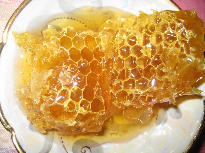 Фото майских сот на блюдце