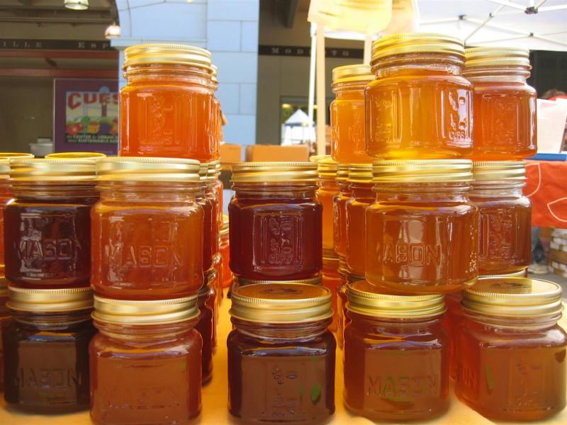Фото меда в банках на рынке